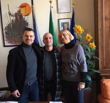 Da sinistra a destra: il sindaco di Bagno a Ripoli Francesco Casini, il signor Roberto Mantione e la vicesindaca Ilaria Belli
