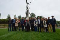 Foto di gruppo all'inaugurazione della scultura 'Incontro' di Pablo Atchugarry